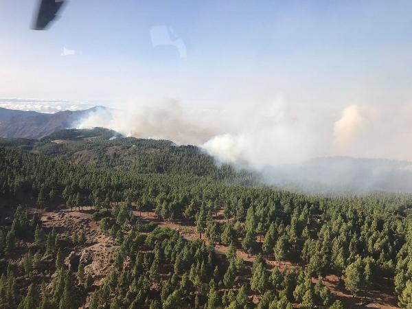 Die Berggipfel von Gran Canaria stehen in Flammen.