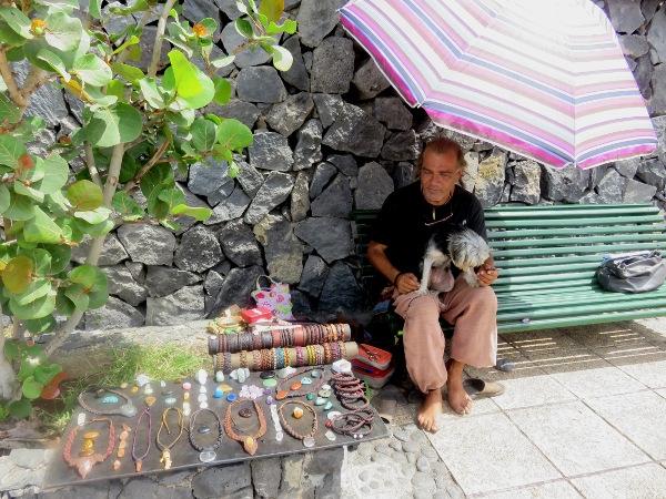 Javi, El Canarión, verkauft seinen selbst gemachten Schmuck an der Playa Jardín.