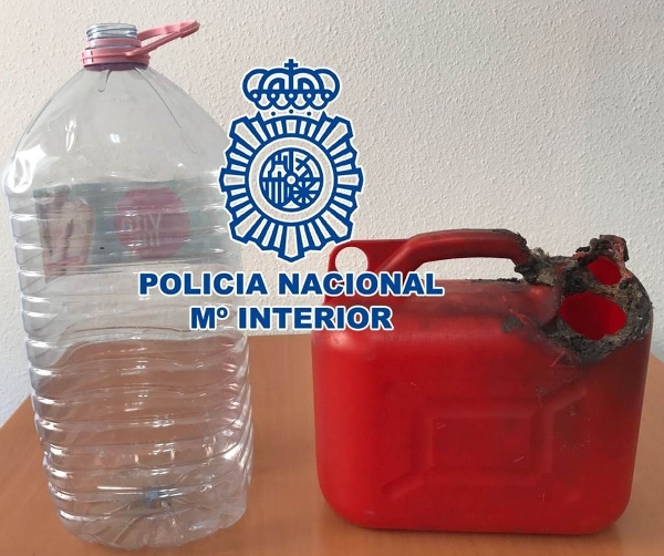 Diesen Behälter mit leicht entflammbarer Flüssigkeit stellten die Polizisten bei dem Verdächtigen sicher.