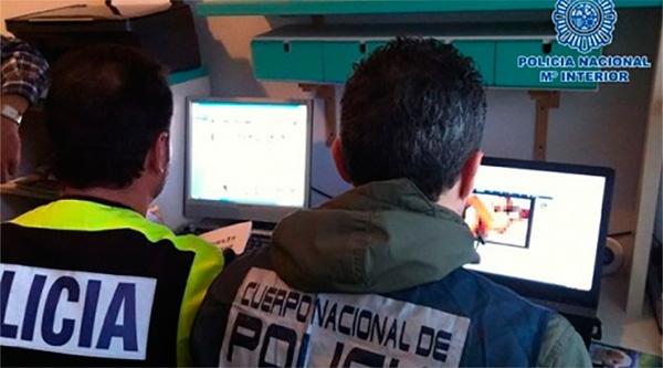 Die Polizisten verfolgen alle Hinweise, die zu möglichen Mittätern, Opfern oder Nutzern führen.