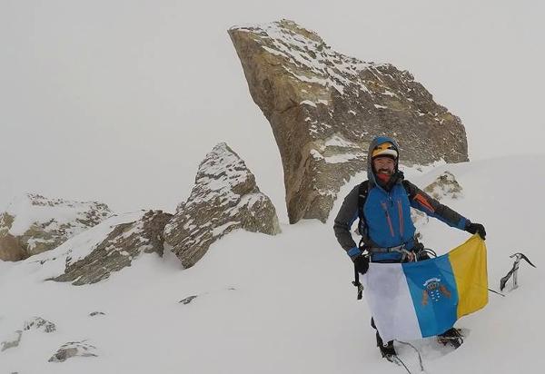 Die kanarische Fahne wehte in 6.025 Metern Höhe.