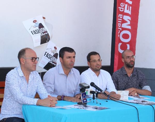 Bürgermeister Manuel Domínguez sieht in der Veranstaltung einen Impuls für die lokalen Geschäfte, die ihr Modeangebot von Kopf bis Fuß zeigen können.