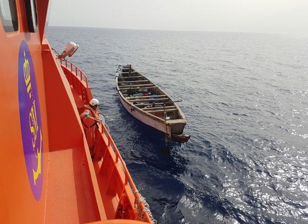 Die Menschen wurden an Bord und das kleine Holzboot in Schlepptau genommen.