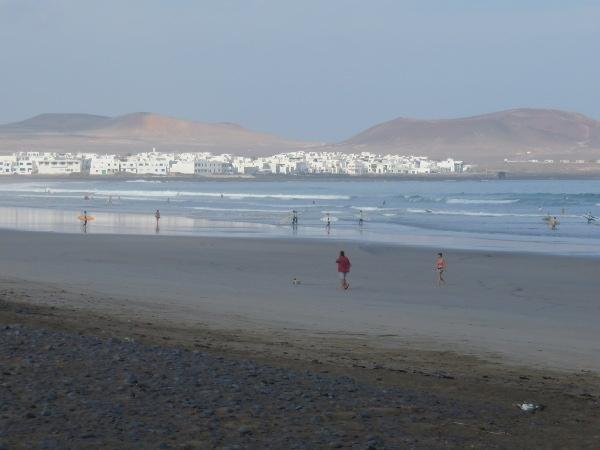 Die Fahnen mit den Warnhinweisen wehen an den kanarischen Stränden aus gutem Grund. Hier die Playa de Famara auf Lanzarote.