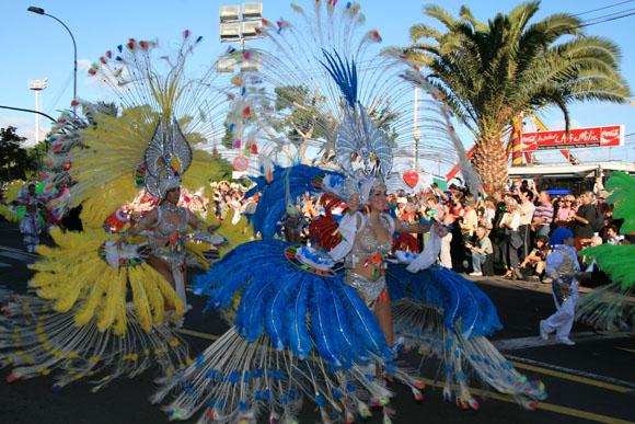 Die prächtigen Salsagruppen tanzen während des gesamten Umzugs.