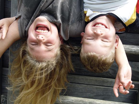 Kinder wollen und müssen spielen – auch wenn sie dabei mal dreckig werden.