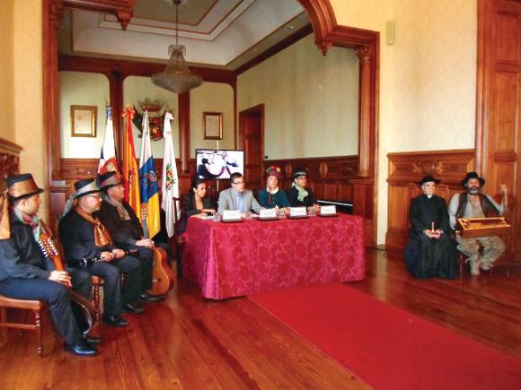 Das Ensemble, die Repräsentantin von TUI und der Stadtrat präsentierten stolz die Theater-Initiative.