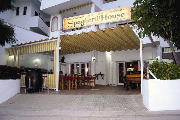 The Spaghetti House wartet im Herzen von Los Cristianos mit einer gemütlichen, überdachten Außenterrasse auf seine Gäste.