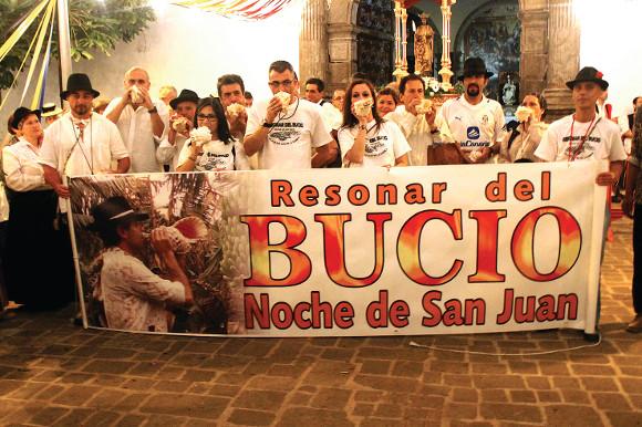 Der Klang der Muschelhörner erfüllt die Nachtluft in San Juan de la Rambla.