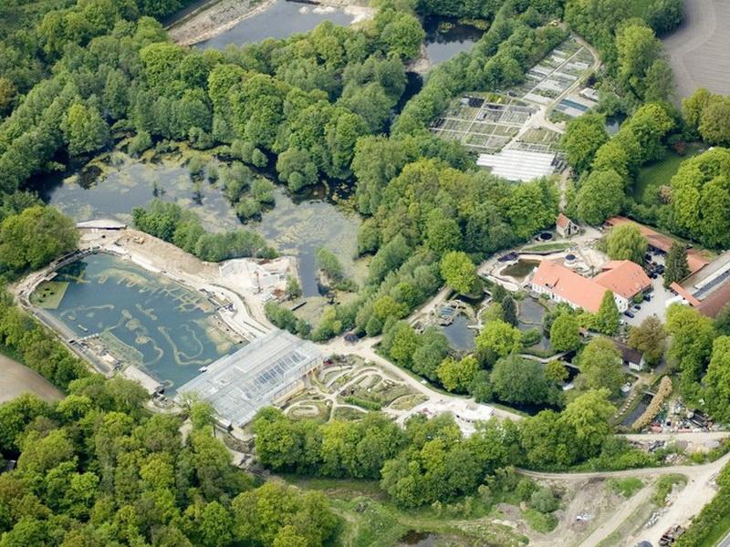 NaturaGart Deutschland GmbH & Co KG Das Firmengel�nde von NaturaGart liegt am S�dhang des Teutoburger Waldes, am �bergang zum weitgehend ebenen M�nsterland.